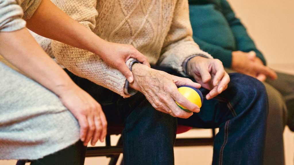 ¿Qué formación es necesaria en enfermería geriátrica?